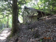 生活跡が残る登山道脇の廃屋