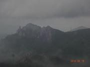 下山道で暗雲の下に瑞牆山