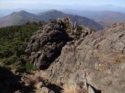 鶏頭山への道。右奥に岩手山遠望