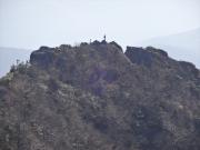鶏頭山からニセ鶏頭山頂登山者遠望