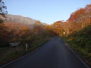 河原坊への紅葉の車道歩き