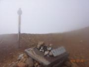 強風と濃霧の雌阿寒岳山頂