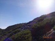 山頂目前で朝日に浮かぶ先着登山者