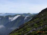 山頂からの稜線にかかる雲のマフラー