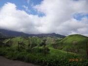 雲の阿蘇山と麓の造形