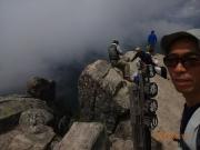 山頂から下に巨岩