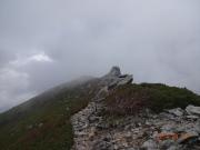 霧間から五丈石と金峰山頂