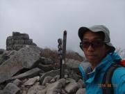 山頂で五丈石背景に記念写真