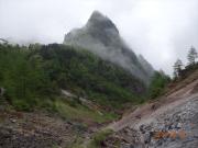 登り途中で振り返り見る牙山と蛇堀川