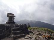 祠の建つ根子岳から望む四阿山