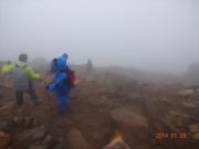 8合目強風濃霧の中の下山者
