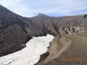 登山道脇の雪渓と山頂
