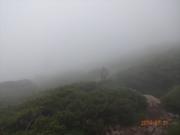 山頂手前で遂に霧発生