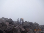 ガスと強風の茶臼岳山頂