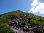 登り道途中で見上げる磐梯山頂