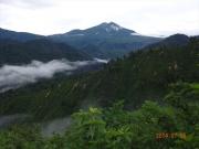 登山道の左手に燧岳を遠望
